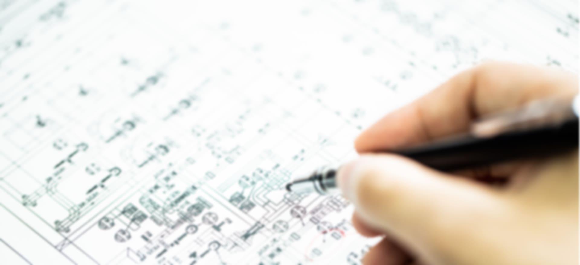 写真:設計図を書いている様子
