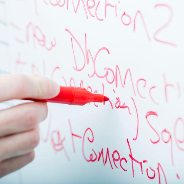 写真:ホワイトボードに文字を書いている様子